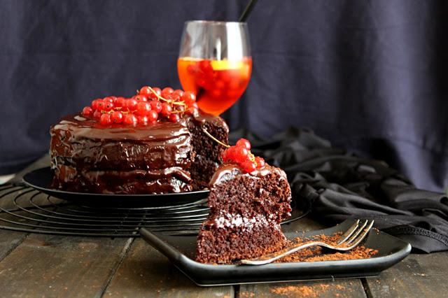 Малка шоколадова торта с червен касис