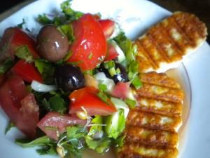 halumi na skara salata