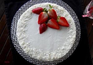 Торта с кокос и ягоди 1
