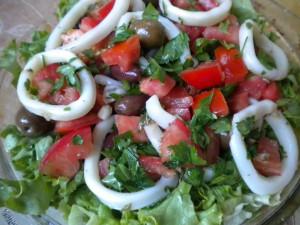 salata s kalmari