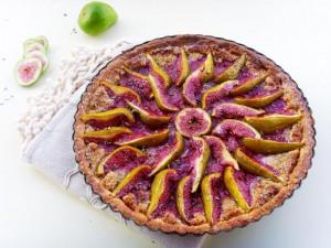 Тарт със смокини, бадеми и лавандула