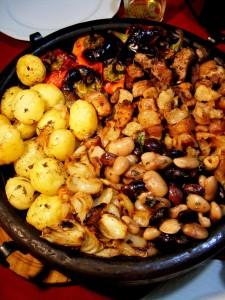 Сач със свинско, пръжки и зеленчуци