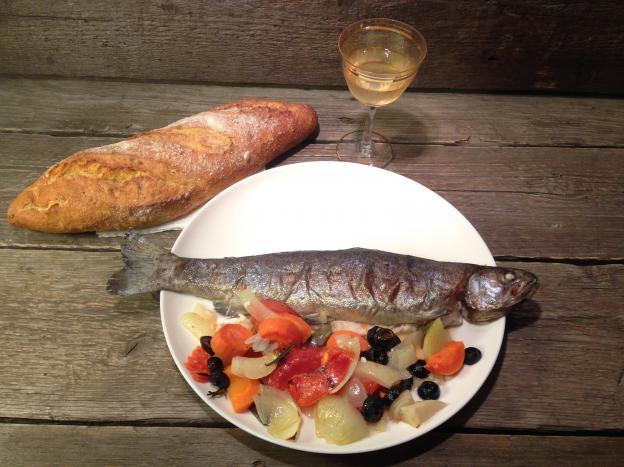 Пъстърва на фурна с маслини и зеленчуци
